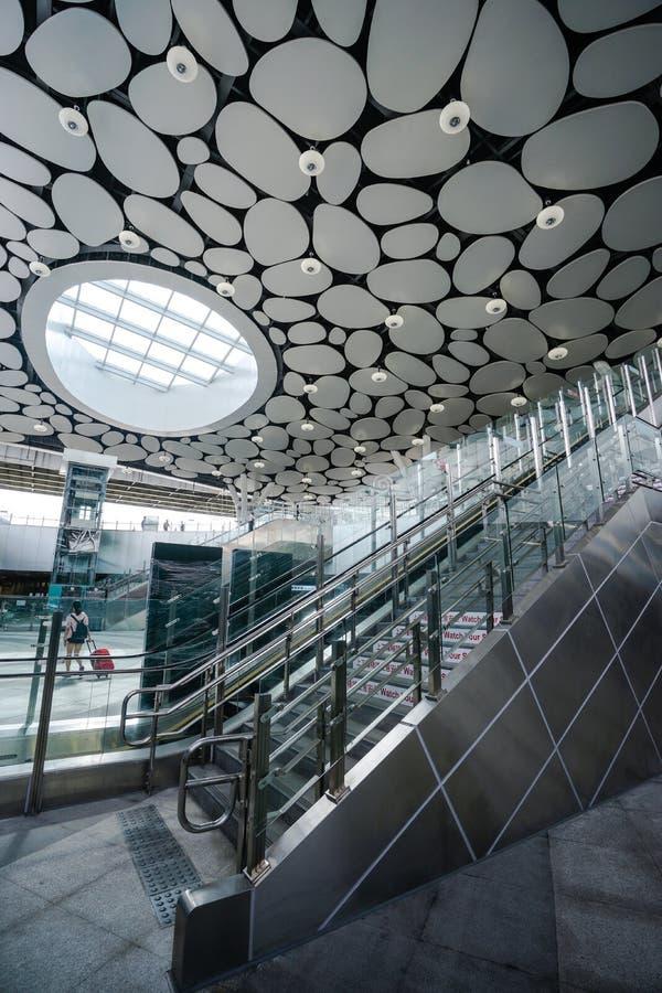 Cidade de Kaohsiung, Taiwan - 11 de setembro de 2018: A estação principal nova de Kaohsiung da administração das estradas de ferr foto de stock royalty free