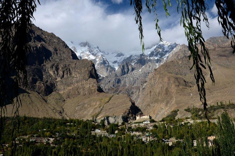 Cidade de Karimabad e forte de Baltit com as montanhas no vale Gilgit Baltistan Paquistão norte de Hunza imagens de stock