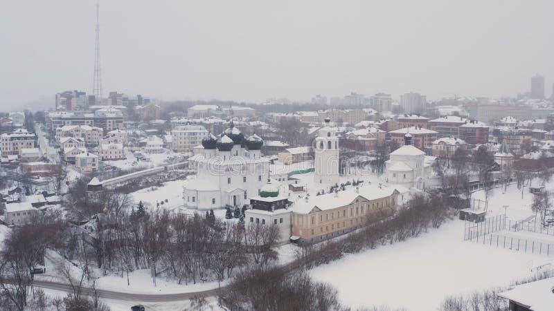 A cidade de Kirov e do banco alto do rio Vyatka e Alexander Grin Embankment e e do monastério de Trifonov sobre fotos de stock royalty free