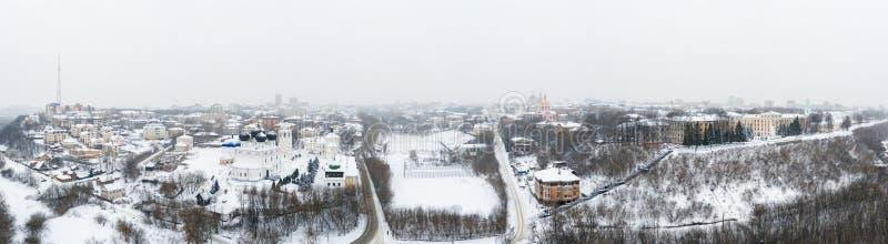 A cidade de Kirov e do banco alto do rio Vyatka e Alexander Grin Embankment e e do monast?rio de Trifonov sobre imagem de stock royalty free