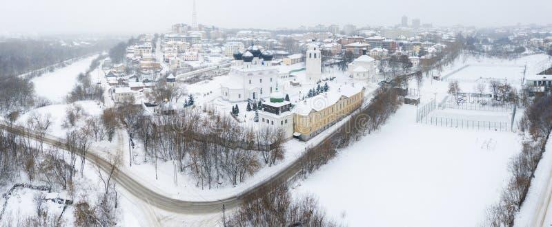 A cidade de Kirov e a margem alta do rio Vyatka e o Embaixador de Alexander Grin e o mosteiro de Trifonov numa nuvem imagens de stock