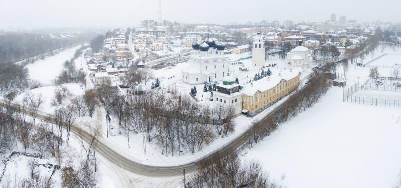 A cidade de Kirov e a margem alta do rio Vyatka e o Embaixador de Alexander Grin e o mosteiro de Trifonov numa nuvem fotografia de stock royalty free