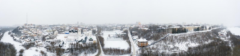 A cidade de Kirov e a margem alta do rio Vyatka e o Embaixador de Alexander Grin e o mosteiro de Trifonov numa nuvem fotografia de stock