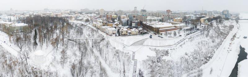 A cidade de Kirov e a margem alta do rio Vyatka, o Embankment Alexander Grin e a rotunda num dia nublado de inverno fotografia de stock