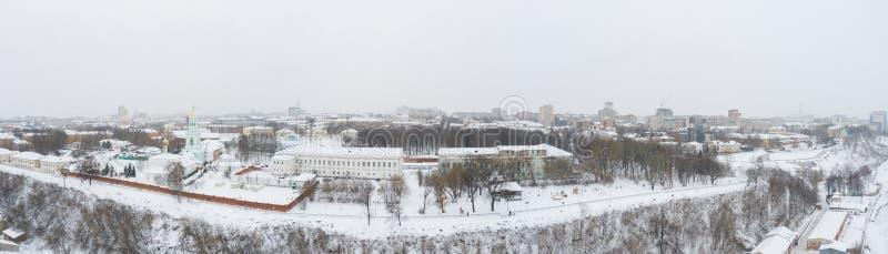 A cidade de Kirov e a margem alta do rio Vyatka, o Embankment Alexander Grin e a rotunda num dia nublado de inverno fotos de stock