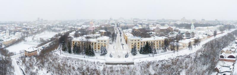 A cidade de Kirov e a margem alta do rio Vyatka, o Embankment Alexander Grin e a rotunda num dia nublado de inverno foto de stock royalty free