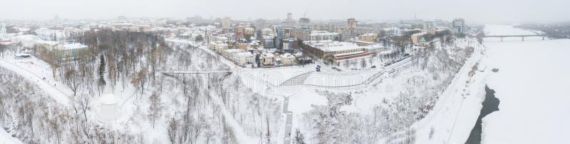 A cidade de Kirov e a margem alta do rio Vyatka, o Embankment Alexander Grin e a rotunda num dia nublado de inverno imagem de stock royalty free