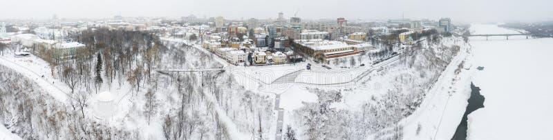 A cidade de Kirov e o banco alto do rio Vyatka e Alexander Grin Embankment e a rotunda em um nebuloso fotos de stock