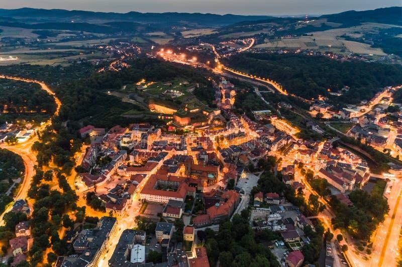 A cidade de Klodzko ilumina a vista aérea foto de stock royalty free