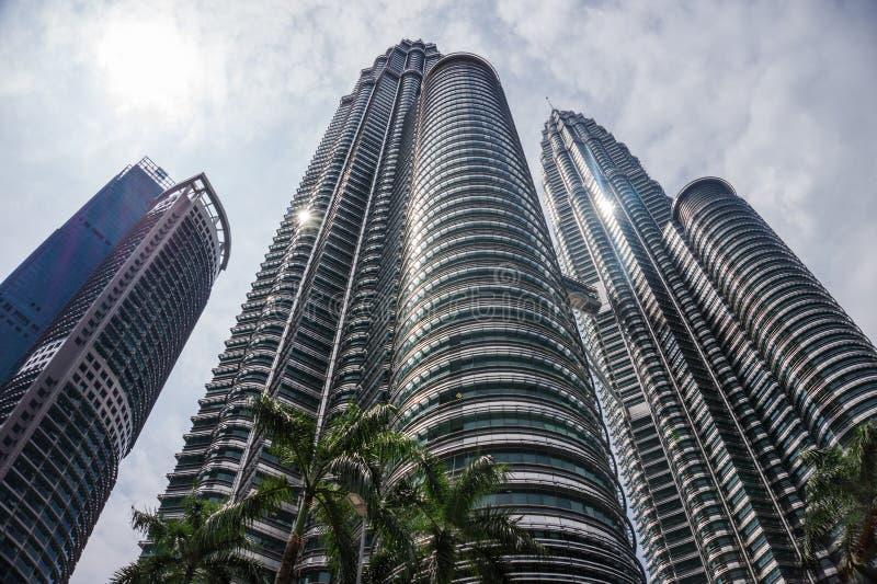 Cidade de Kuala Lumpur com as torres gêmeas do arranha-céus e do céu foto de stock