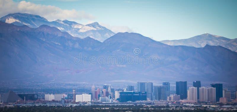 Cidade de Las Vegas cercada por montanhas da rocha e pelo vale vermelhos do fi fotos de stock