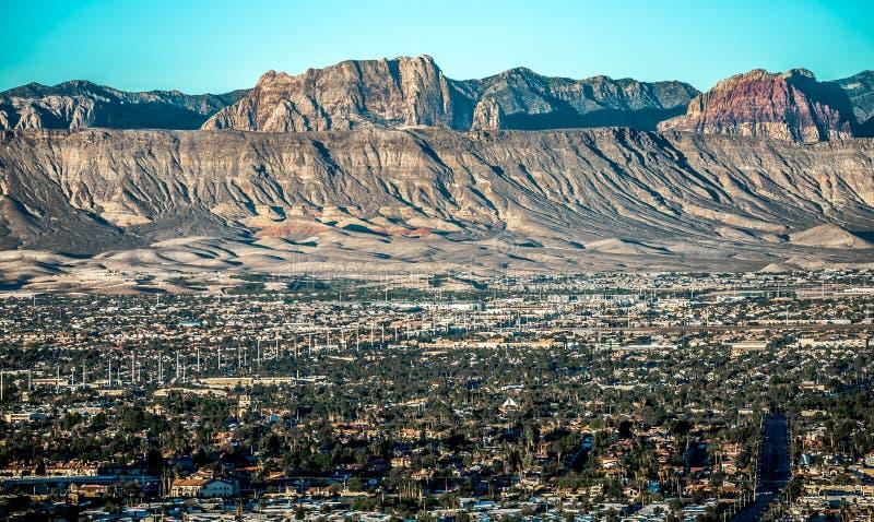 Cidade de Las Vegas cercada por montanhas da rocha e pelo vale vermelhos do fi imagem de stock