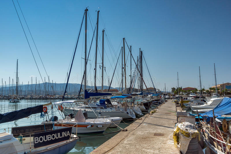 CIDADE DE LEFKADA, GRÉCIA 17 DE JULHO DE 2014: porto do iate na cidade de Lefkada, Grécia imagem de stock royalty free