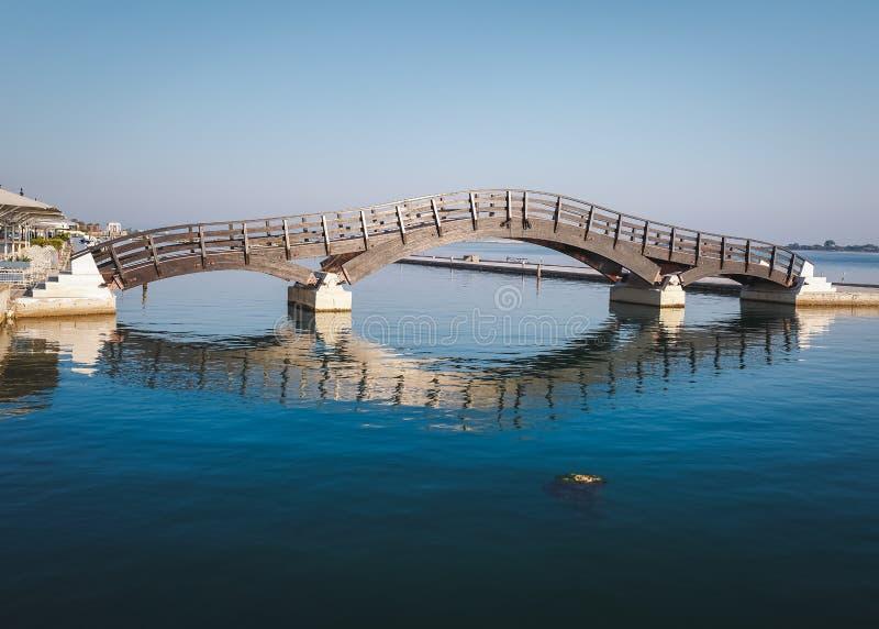Cidade de Lefkada, o 26 de junho de 2017 Ponte de madeira na ilha de Lefkada, Grécia imagens de stock royalty free