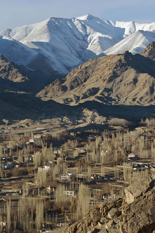 A cidade de Leh é ficada situada nos Himalayas indianos imagem de stock royalty free