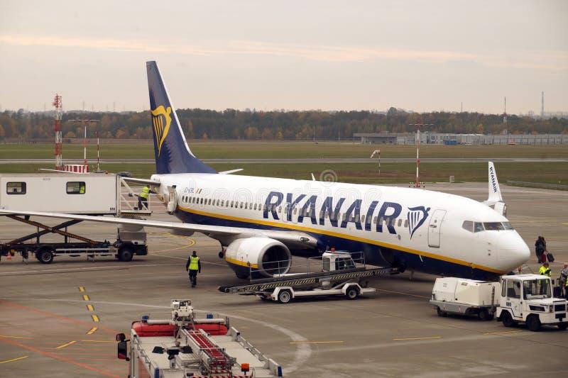 Cidade de Lodz Polônia - 22 de outubro de 2018 Preparação para que o plano de Ryanair decole no aeroporto local chamado Lublinek fotografia de stock royalty free