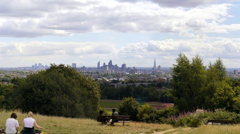 A cidade de Londres dos campos do monte do parlamento imagens de stock