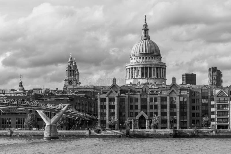 Cidade de Londres, ponte do milênio e de St Paul; catedral de s imagem de stock royalty free