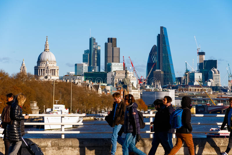 Cidade de Londres vista da ponte de Waterloo imagens de stock royalty free