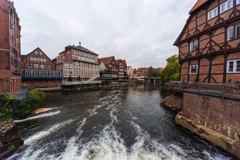 Cidade de Lueneburg e porto velhos da restrição imagens de stock