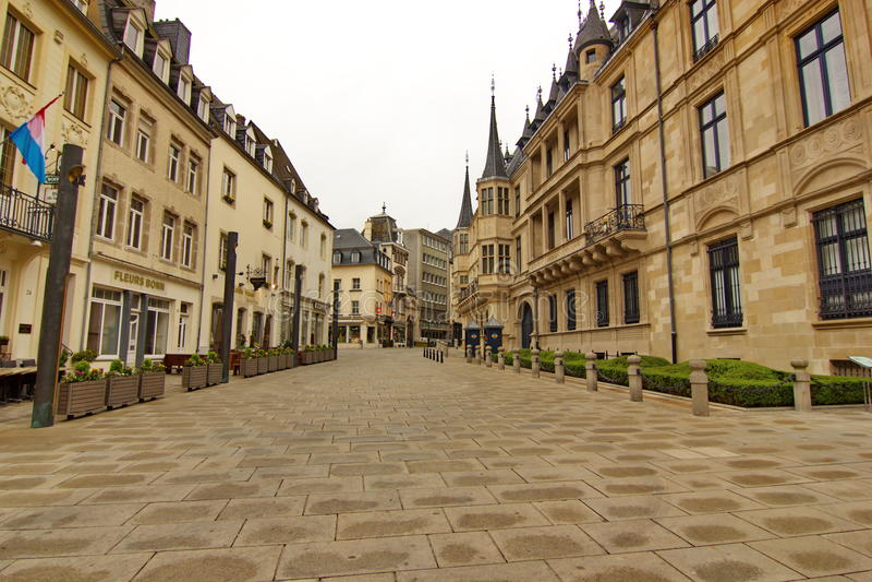 Cidade de Luxemburgo - rua du Marche-auxiliar-herbes imagens de stock