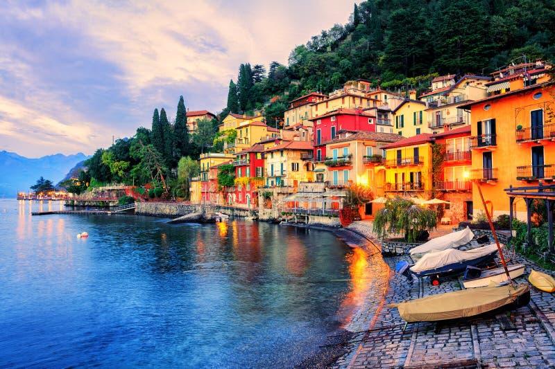 Cidade de Menaggio no por do sol, lago Como, Milão, Itália imagens de stock royalty free