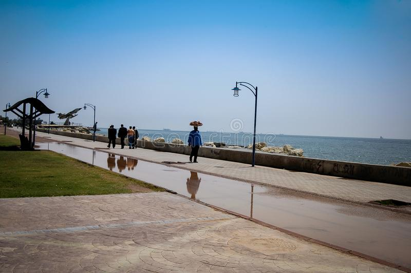 Cidade de Mersin, parque e mar Mediterrâneo, vendedor do Bagel fotografia de stock royalty free