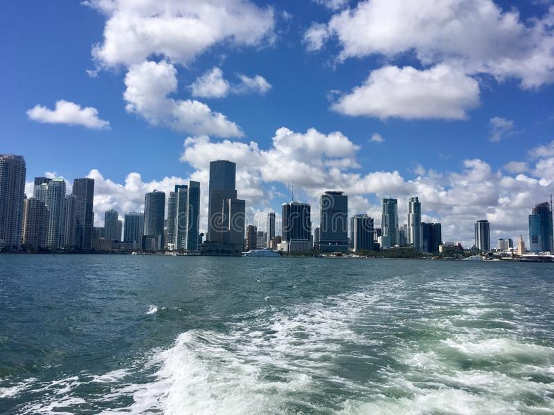 Cidade de Miami Florida, como visto fora da costa no Oceano Atlântico foto de stock