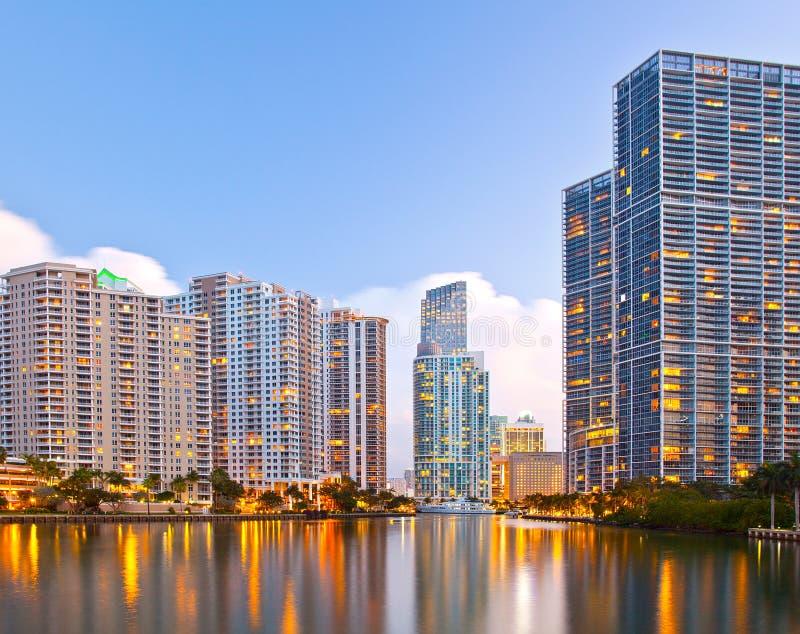Cidade de Miami Florida, skyline da noite imagens de stock