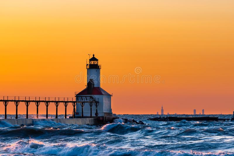 Cidade de Michigan, Indiana/EUA: 03/23/2018/Washington Park Lighthouse banharam-se em um por do sol bonito com a Chicago que olha fotos de stock royalty free