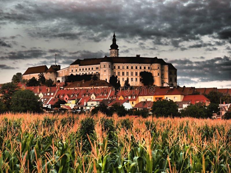 A cidade de Mikulov está claramente associada à viticultura, ao vinho e às vinhas circundantes em Pálava imagens de stock royalty free