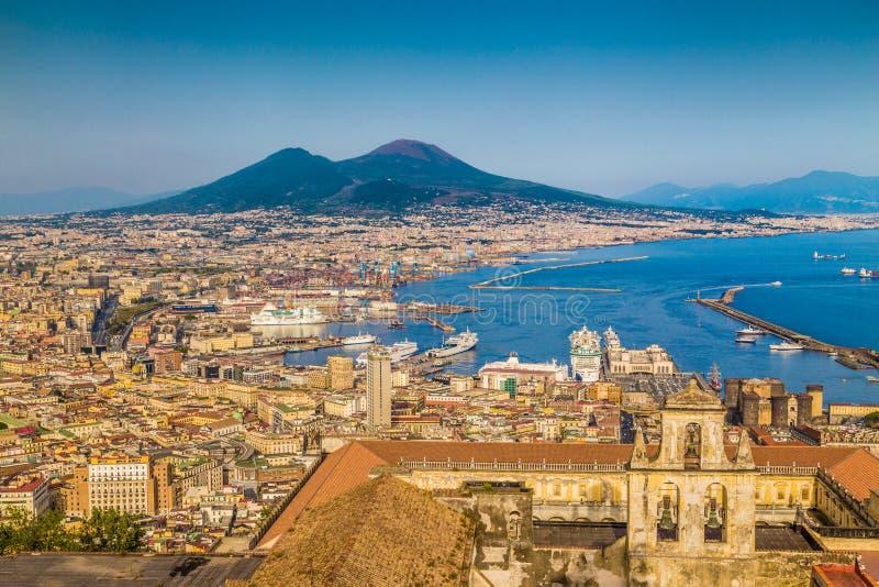 Cidade de Nápoles com Mt O Vesúvio no por do sol, Campania, Itália fotografia de stock