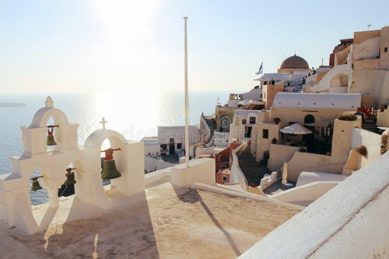 Cidade de Oia na ilha de Santorini, Grécia Casas e mar tradicionais no tempo do por do sol imagens de stock
