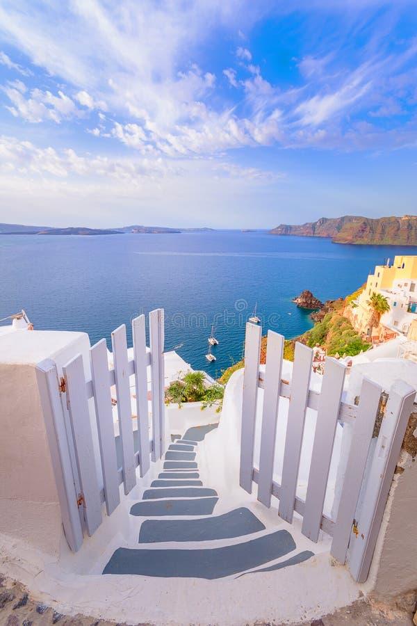 Cidade de Oia na ilha de Santorini, Grécia Casas e igrejas tradicionais e famosas com as abóbadas azuis sobre o Caldera foto de stock