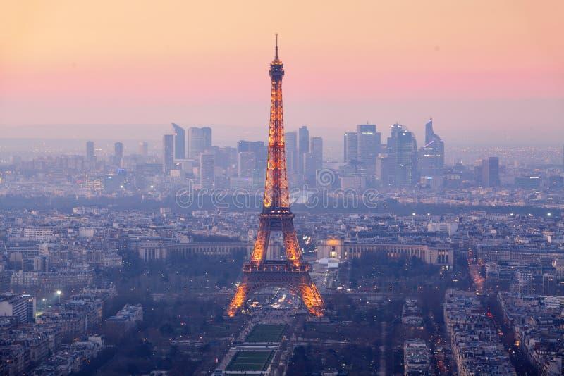 Cidade de Paris com a torre Eiffel no crepúsculo, cityspace foto de stock royalty free