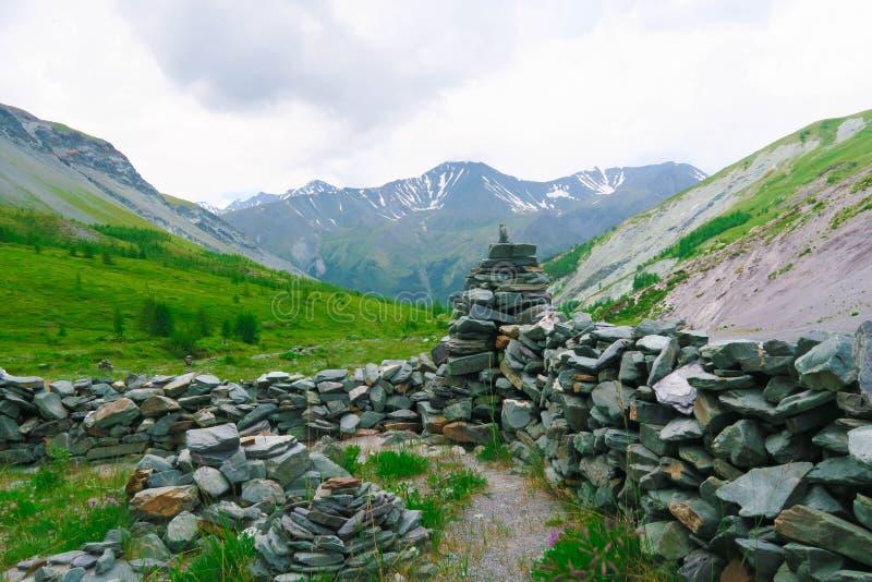 Cidade de pedra antiga Vale da montanha de Yarloo com monumentos de pedra Montanhas de Altai sib?ria R?ssia fotos de stock royalty free