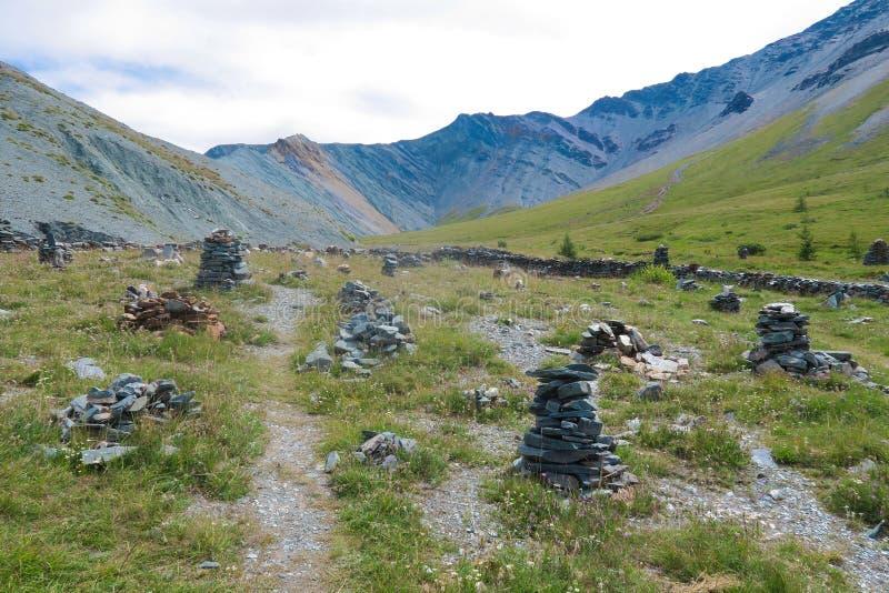 Cidade de pedra no vale da montanha de Yarloo com monumentos de pedra Montanhas de Altai sib?ria R?ssia fotografia de stock royalty free