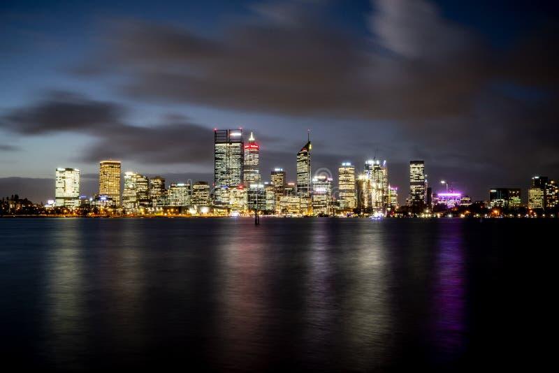 Cidade de Perth com Elizabeth Quay na Austrália Ocidental através do rio da cisne fotos de stock royalty free
