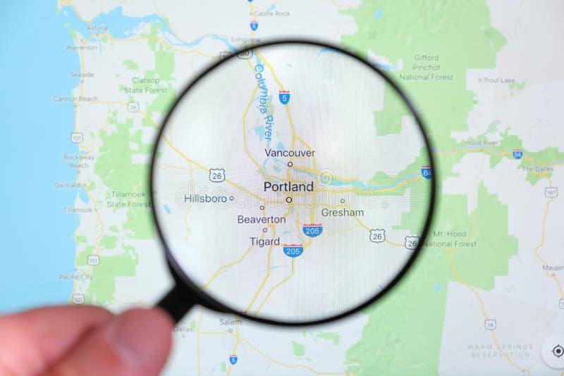 Cidade de Portland, Oregon na tela de exposição através de uma lupa imagens de stock