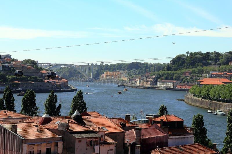 Cidade de Porto ao longo do rio Douro e da ponte Dom Luis de Gaia Porto, Portugal fotografia de stock royalty free