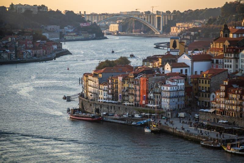 Cidade de Porto e de rio do duoro durante o por do sol imagens de stock royalty free