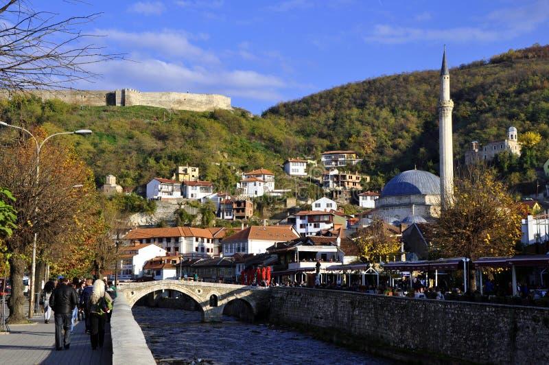 Cidade de Prizren, moderna e histórica imagens de stock