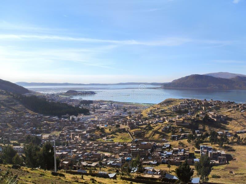 Cidade de Puno na costa do lago Titicaca no Peru fotografia de stock