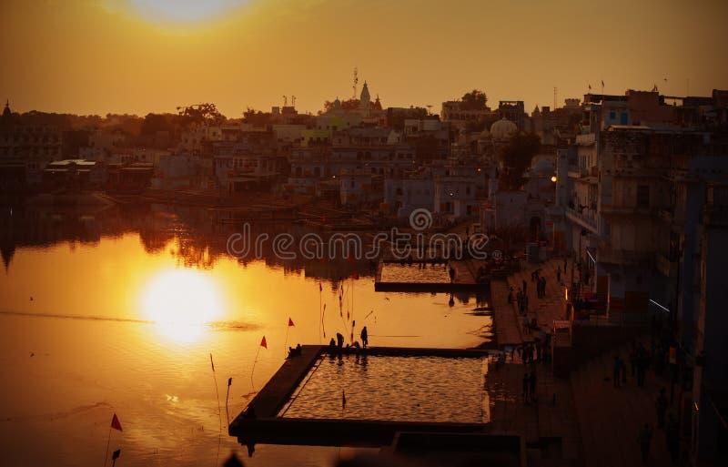 Cidade de Pushkar e o lago Opinião do por do sol fotografia de stock