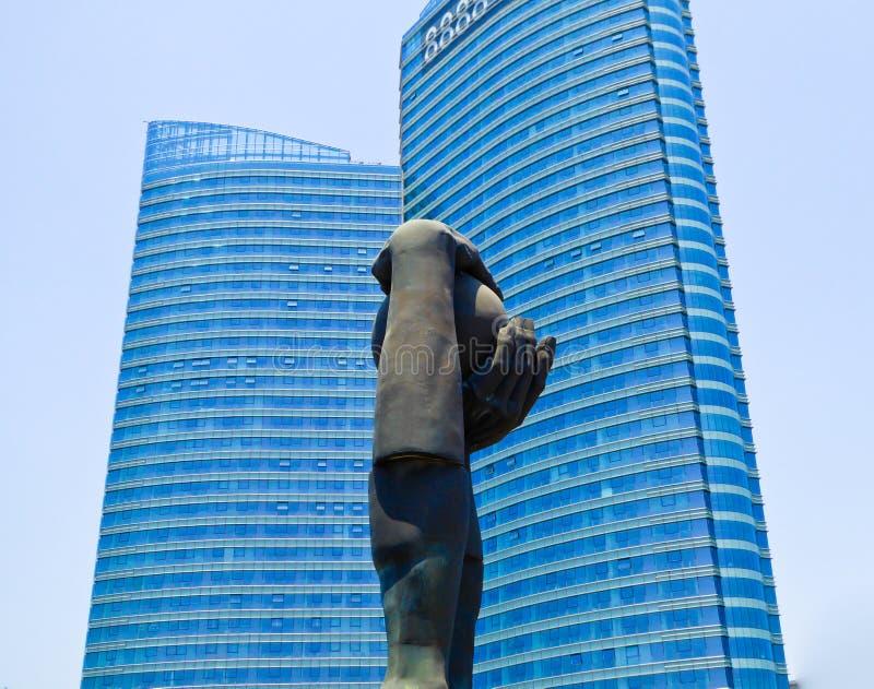 Cidade de Qingdao entre o céu e a escultura da terra imagens de stock