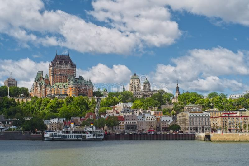 Cidade de Quebec como visto da balsa de Quebeque Levis imagens de stock