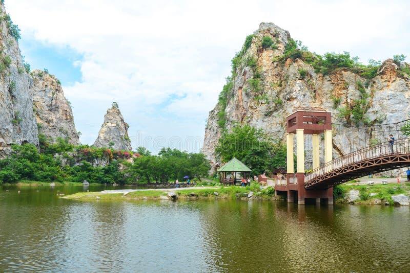 Cidade de Ratchaburi, Tailândia - 5 de outubro de 2018: Paisagem das montanhas de pedra e do céu azul, fundo fresco da natureza,  imagens de stock