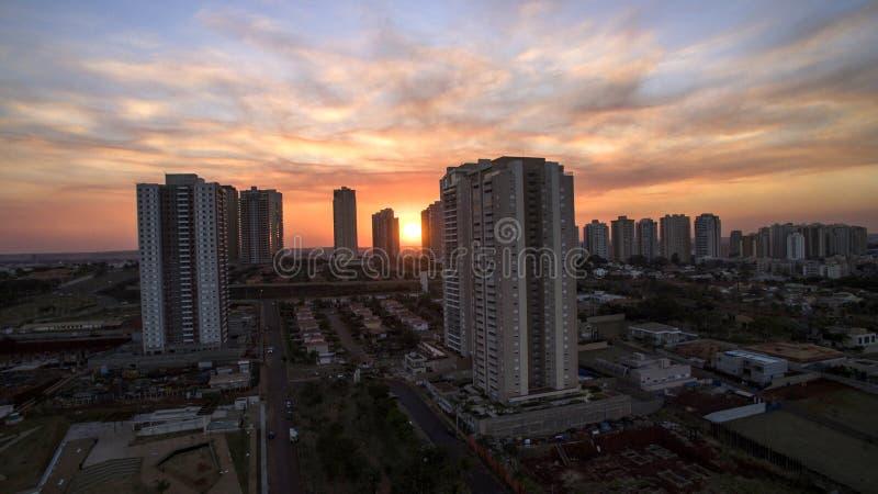 Cidade de Ribeirao Preto em Sao Paulo, Brasil Região de Joao Fiusa Avenue no dia do por do sol fotografia de stock royalty free
