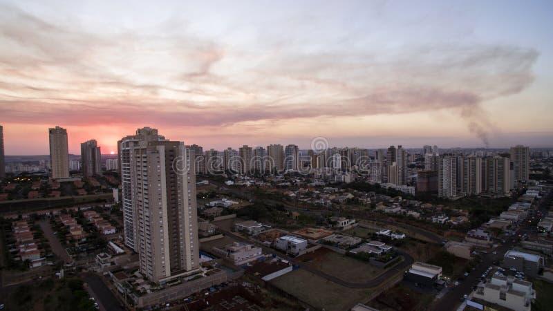 Cidade de Ribeirao Preto em Sao Paulo, Brasil Região de Joao Fiusa Avenue no dia do por do sol foto de stock