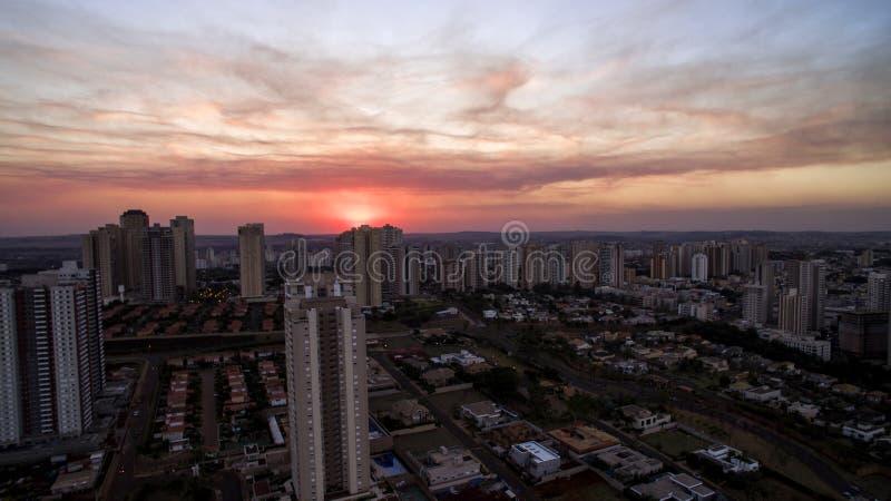 Cidade de Ribeirao Preto em Sao Paulo, Brasil Região de Joao Fiusa Avenue no dia do por do sol imagem de stock